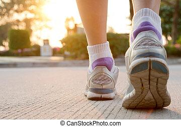 corredor, pies, corriente, en, camino, primer plano, en, shoe., mujer, condición física, salida del sol, empujoncito, entrenamiento, welness, concept.