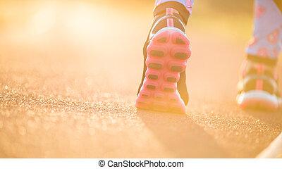 corredor, pies, corriente, en, camino, primer plano, en, shoe., mujer, condición física, salida del sol, empujoncito, entrenamiento, welness, concepto