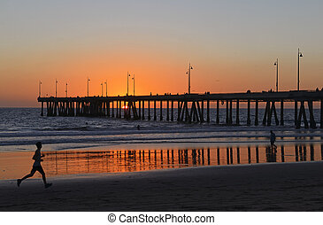 corredor, praia, sacudindo, pôr do sol