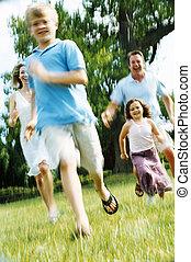correndo, sorridente, famiglia, fuori