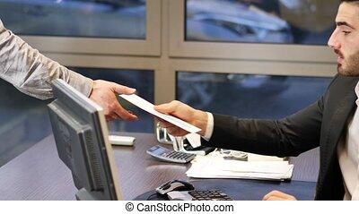 correspondance, homme affaires, réception, bureau