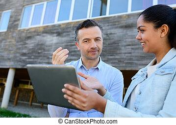 corretor de imóveis, mostrando, informação, ligado, tabuleta, para, cliente