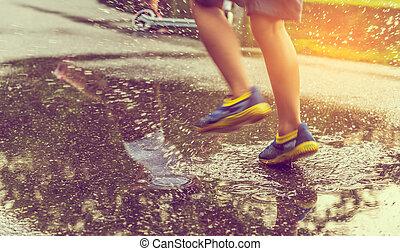 corrida menino, rua, molhados