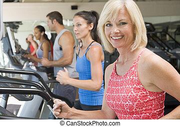 corrida mulher, ligado, treadmill, em, ginásio