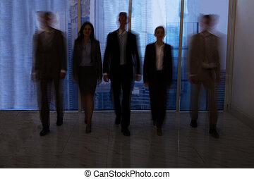 corridoio, camminare, ufficio, persone affari