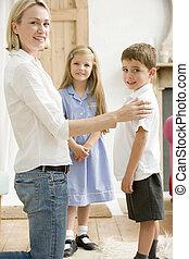 corridoio, donna, due, giovane, fronte, sorridente, bambini