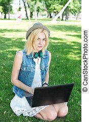 corsa mescolata, studente università, sedendo erba, lavorativo