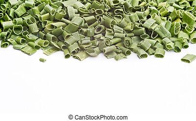 cortado, hojas cebolleta, fondo blanco