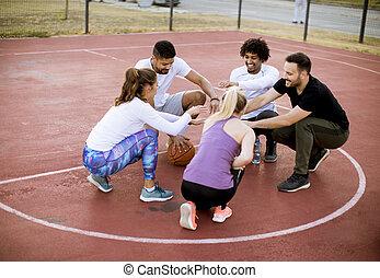 corte basquetebol, multiethnic, pessoas, grupo, tocando