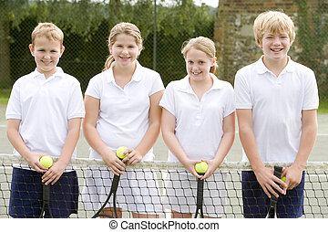 corte, tennis, giovane, racchette, quattro, sorridente, amici
