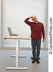 corto, collo, rilassante, età, -, rottura, mezzo, balding, sedia ufficio, esercizio, uomo