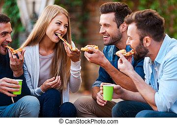 così, tasty!, gruppo, di, gioioso, giovani persone, sorridente, e, consumo pizza, mentre, seduta, fuori