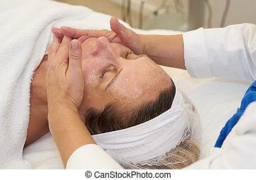 cosmetician, geven, gezichtsmassage