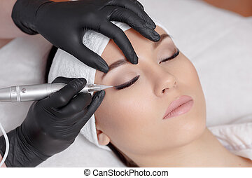 cosmetologist, elaboración, permanente, maquillaje, en, belleza, salon.