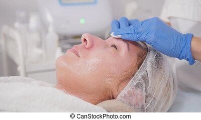 Cosmetology procedures. Pore cleansing. Wiping the face....