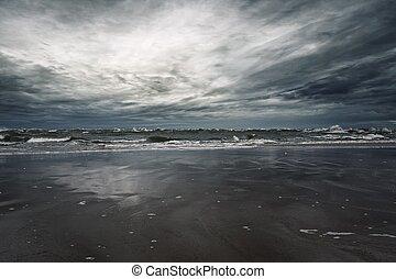 costa, céu tempestuoso, sobre, arenoso