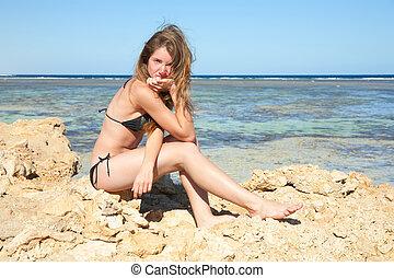 costa mar, sentando, mulher, biquíni
