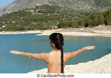 costas, mulher, ioga, lago, manhã, cedo, desfrutando
