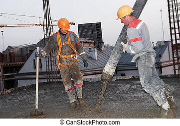 costruttore, lavoratore, colatura, concreto, in, forma