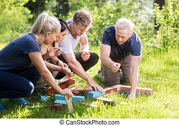 costruzione blocca, erboso, impilamento, campo, mentre, pianificazione, amici