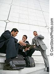costruzione, città, esterno, uomini affari, seduta