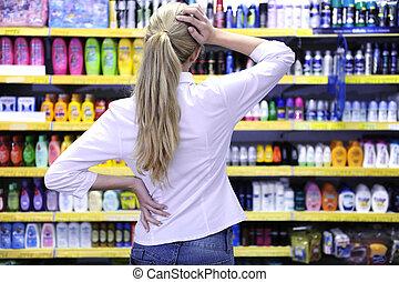 costumer, 購物, 在, the, 超級市場, 選擇, a, 產品