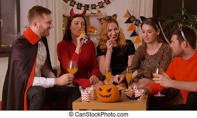 costumes, maison, fête, heureux, halloween, amis