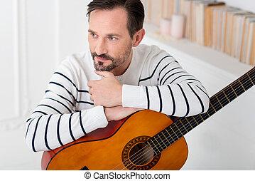 cotovelos, seu, guitarra, pensativo, atraente, inclinar-se, homem