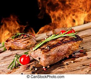 cotto ferri, manzo, bistecche, con, fiamme, sullo sfondo