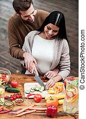 cottura, con, love., vista superiore, di, bello, giovane coppia, preparazione alimento, insieme, e, sorridente