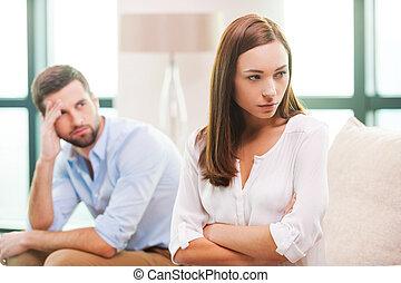 couch, kvinna, bak, beväpnar korsat, deprimerat, ung, sittande, hålla, förhållande, man, difficulties., henne, se bort, medan