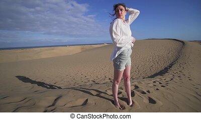 coucher soleil, arête, modèle, désert, beau, dune, sec, dame, poses., voyage, stands, chaud, femme, mode