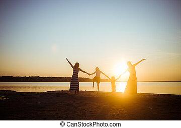 coucher soleil, arrière-plan., freedom., tenue, generation., mains, chaque, humeur, silhouette, gens, plus vieux, lumière, passe-temps, bon, amitié, autre, plus jeune