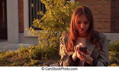 coucher soleil, business, light., séance, jeune femme, bench., extérieur, séduisant