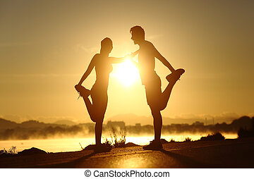 coucher soleil, couple, étirage, silhouette, fitness