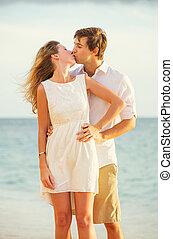 coucher soleil, couple, plage, amour, jeune