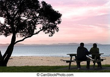 coucher soleil couples, jeune, apprécie