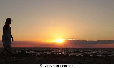 coucher soleil couples, tenant mains, plage, heureux