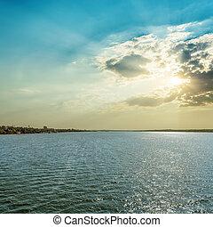coucher soleil dans nuages, sur, rivière