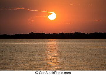 coucher soleil, dans, rivière amazone