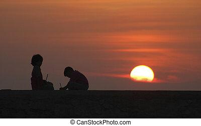coucher soleil, enfants jouer