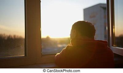 coucher soleil, fenêtre, mouvement, regarde, homme appareil-...