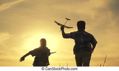 coucher soleil, garçons, avions, deux, courant, silhouette