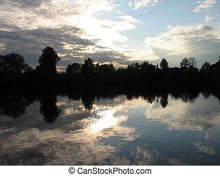 coucher soleil, nuages, reflété dans, a, rivière