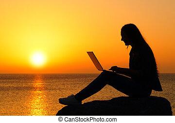 coucher soleil, ordinateur portable, femme, silhouette, utilisation