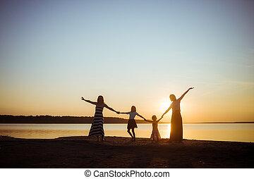 coucher soleil, passe-temps, chaque, freedom., humeur, arrière-plan., bon, plus jeune, generation., lumière, gens, tenue, silhouette, mains, plus vieux, amitié, autre