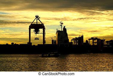coucher soleil, récipient, cargaison, bateau fret, à, fonctionnement, grue, pour, logis