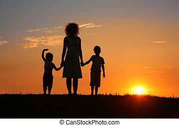 coucher soleil, silhouette, enfants, mère