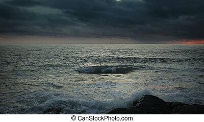 coucher soleil, sur, ciel, océan orageux