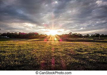 coucher soleil, sur, ferme, champ vert